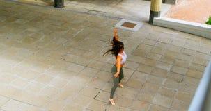Jonge vrouwelijke danser die in de stad 4k dansen stock video