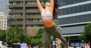 Jonge vrouwelijke danser die op de straat in de stad 4k dansen stock videobeelden