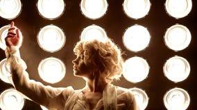 Jonge vrouwelijke danser die voor studiolicht dansen stock footage