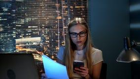 Jonge vrouwelijke econoom die het rapport controleren en aan de collega overleg vragen stock videobeelden