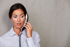 Jonge vrouwelijke exploitant die op telefoon spreken royalty-vrije stock foto