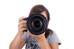 Jonge vrouwelijke fotograaf die op wit wordt geïsoleerda Stock Afbeeldingen