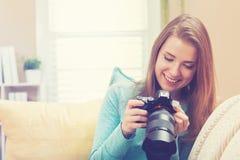 Jonge vrouwelijke fotograaf met camera DSLR Stock Afbeelding