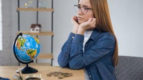 Jonge vrouwelijke handen die muntstukken van glaskruik tellen stock video