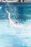 Jonge Vrouwelijke het Zwemmen Rugslag stock foto's