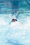 Jonge Vrouwelijke het Zwemmen Rugslag stock afbeeldingen