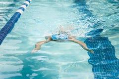 Jonge Vrouwelijke het Zwemmen Schoolslag royalty-vrije stock foto's