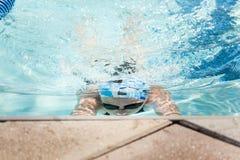 Jonge Vrouwelijke het Zwemmen Schoolslag stock foto