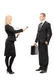 Jonge vrouwelijke interviewer die aan mannelijke zakenman spreken royalty-vrije stock afbeelding