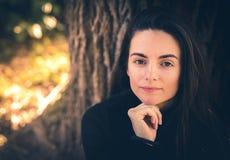Jonge vrouwelijke Kaukasische glimlachen bij de camera stock fotografie