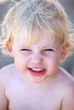 Jonge vrouwelijke kind of peuter met brutale grijns op haar gezicht Stock Afbeeldingen