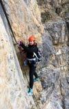 Jonge vrouwelijke klimmer op a via Ferrata in het Dolomiet stock afbeelding