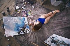 Jonge vrouwelijke kunstenaar die abstract beeld in studio schilderen, mooi sexy vrouwenportret Stock Afbeelding