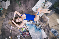 Jonge vrouwelijke kunstenaar die abstract beeld in studio schilderen, mooi sexy vrouwenportret Stock Foto's