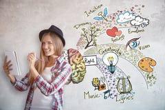 Jonge vrouwelijke kunstenaar met hersenenschets stock foto