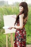 Jonge vrouwelijke kunstenaar openlucht royalty-vrije stock afbeeldingen