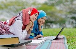 Jonge vrouwelijke moslimstudenten Stock Foto's