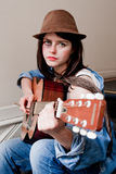 Jonge vrouwelijke musicus het spelen gitaar Stock Foto's