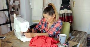 Jonge vrouwelijke naaiende kleding stock footage