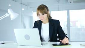 Jonge vrouwelijke ontwerper die met grafische tablet aan laptop werken stock video