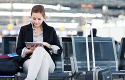 Jonge vrouwelijke passagier bij de luchthaven royalty-vrije stock afbeelding