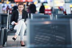 Jonge vrouwelijke passagier bij de luchthaven royalty-vrije stock fotografie
