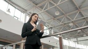 Jonge vrouwelijke passagiersreiziger bij de luchthaven die haar tabletcomputer met behulp van terwijl daarna het wachten op vluch Royalty-vrije Stock Foto