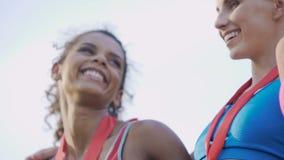 Jonge vrouwelijke prijswinnaars die overwinning in de sportenconcurrentie vieren, carrière stock video