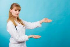 Jonge vrouwelijke professionele arts die exemplaarruimte tonen Stock Foto
