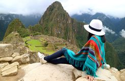 Jonge vrouwelijke reiziger die de Inca-ruïnes van Machu Picchu, één bewonderen van Nieuw Zeven Wereldwonder, Cusco-Gebied stock foto's