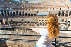 Jonge vrouwelijke roodharigetoerist binnen Colosseum in Rome stock foto