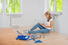 Jonge vrouwelijke schilderszitting op het de kleurenpalet van de vloerholding Stock Fotografie