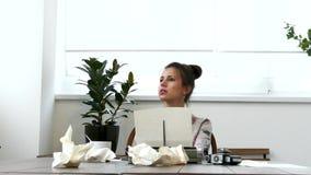 Jonge vrouwelijke schrijver die aan schrijfmachine in witte ruimte werken stock video