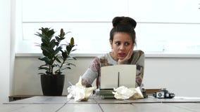 Jonge vrouwelijke schrijver die aan schrijfmachine in witte ruimte werken stock videobeelden