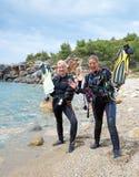 Jonge Vrouwelijke Scuba-duikers royalty-vrije stock afbeeldingen