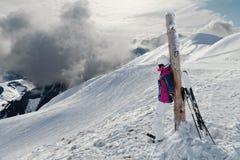 Jonge vrouwelijke skiër die de overweldigende mening bewonderen Stock Foto's