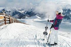 Jonge vrouwelijke skiër die de overweldigende mening bewonderen Stock Foto