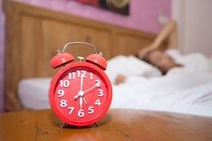 Jonge vrouwelijke slaap in slaapkamer thuis slapeloosheidsslaap, worri royalty-vrije stock afbeeldingen