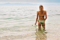 Jonge vrouwelijke status in het overzees wat betreft de oppervlakte, juiste mening Royalty-vrije Stock Foto's