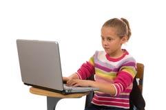 Jonge vrouwelijke student die aan laptop computer werkt Royalty-vrije Stock Afbeeldingen