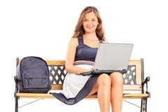 Jonge vrouwelijke student die aan laptop werken Royalty-vrije Stock Foto's