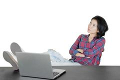 Jonge vrouwelijke student die een idee denken stock fotografie