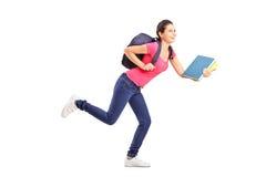 Jonge vrouwelijke student die voorwaarts meesleept Stock Fotografie