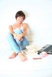 Jonge vrouwelijke student met boeken en laptop Stock Foto's