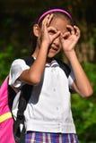 Jonge Vrouwelijke Student Searching Wearing School Eenvormig met Boeken royalty-vrije stock foto