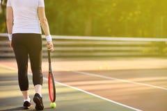 Jonge vrouwelijke tennisspeler met tennisbal en racket die voorbereidingen treffen te dienen royalty-vrije stock foto's