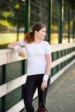 Jonge vrouwelijke tennisspeler met tennisbal en racket die voorbereidingen treffen te dienen royalty-vrije stock foto