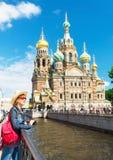 Jonge vrouwelijke toerist dichtbij de Kerk van Verlosser op Gemorst Bloed Royalty-vrije Stock Afbeelding
