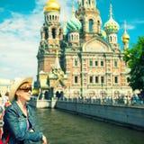 Jonge vrouwelijke toerist dichtbij de Kerk van Verlosser op Gemorst Bloed Stock Foto