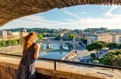 Jonge vrouwelijke toerist die de mening van Rome bewondert Royalty-vrije Stock Foto's